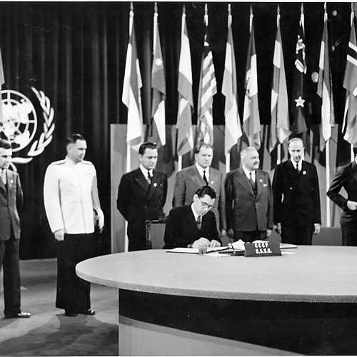 Jefe de la Delegación soviética en la Conferencia de San Francisco (EE.UU.), Andréi Gromyko, firma la Carta de la ONU en nombre de la URSS, 1945.