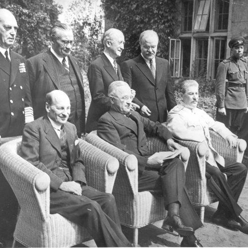 Conferencia de Potsdam, foto con ministros, 1945. Delante, de izquierda a derecha: Clement Attlee (Gran Bretaña), Harry S. Truman (EE.UU.) y Iósif Stalin (URSS). Detrás, de izquierda a derecha: William D. Leahy (EE.UU), Ernest Bevin (GB), James F. Byrnes (EE.UU.) y Viacheslav Mólotov (URSS).