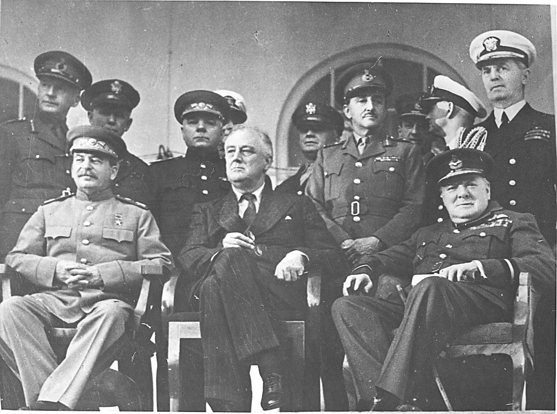 Conferencia de Teherán. Delante, de izquierda a derecha: Iósif Stalin (URSS), Franklin D. Roosevelt (EE.UU.), Winston Churchill (Gran Bretaña), 1943.