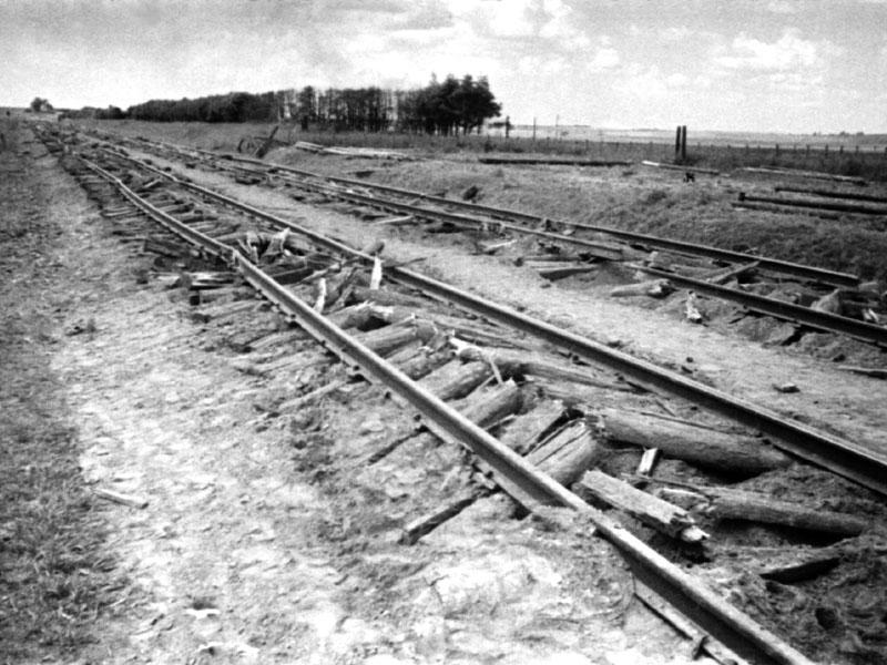 Al retirarse los nazis dejaron pasar un tren con cortador de traviesas