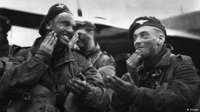 Las tropas aerotransportadas británicas se maquillan en camuflaje de noche