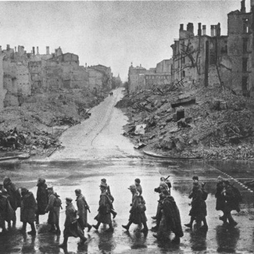 Tropas soviéticas pasan por la calle Khreshchatyk en Kiev después de liberar la ciudad (noviembre de 1943)