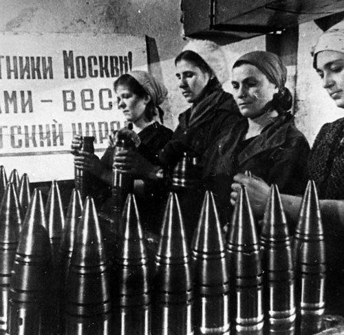 Producción de proyectiles, Moscú, 1942 (El cartel del fondo dice: Defensores de Moscú! Todo el pueblo soviético está con Ustedes!) Autor: desconocido