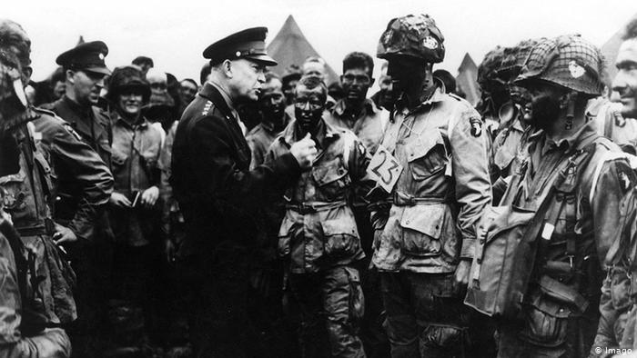 Comandante en Jefe estadounidense Dwight Eisenhower quién lideró el desembarco de las tropas de los aliados da consejos a soldados
