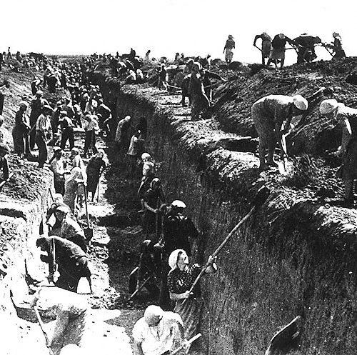 Moscovitas construyen foso antitanque en los accesos a la ciudad, 1941 Autor: B. Yaroslavets
