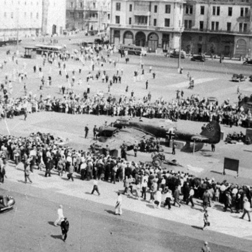 Moscovitas en la Plaza de Sverdlov examinan un avión alemán derribado sobre la capital, 1941 Autor: Oleg Knorring