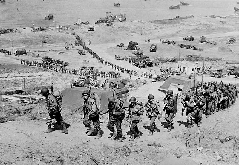 Después de desembarcar, soldados estadounidenses se adentran en el continente
