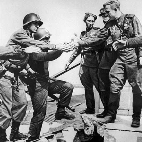Soldados soviéticos saludan a soldados estadounidenses. El Día del Elba (25 de abril de 1945)