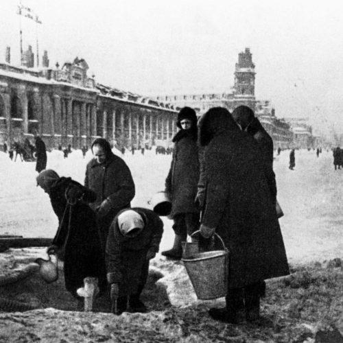 El cerco de Leningrado. Vecinos hacen provisiones de agua de la tubería casi destruida, 1941. Foto: Nikolay Adamovich