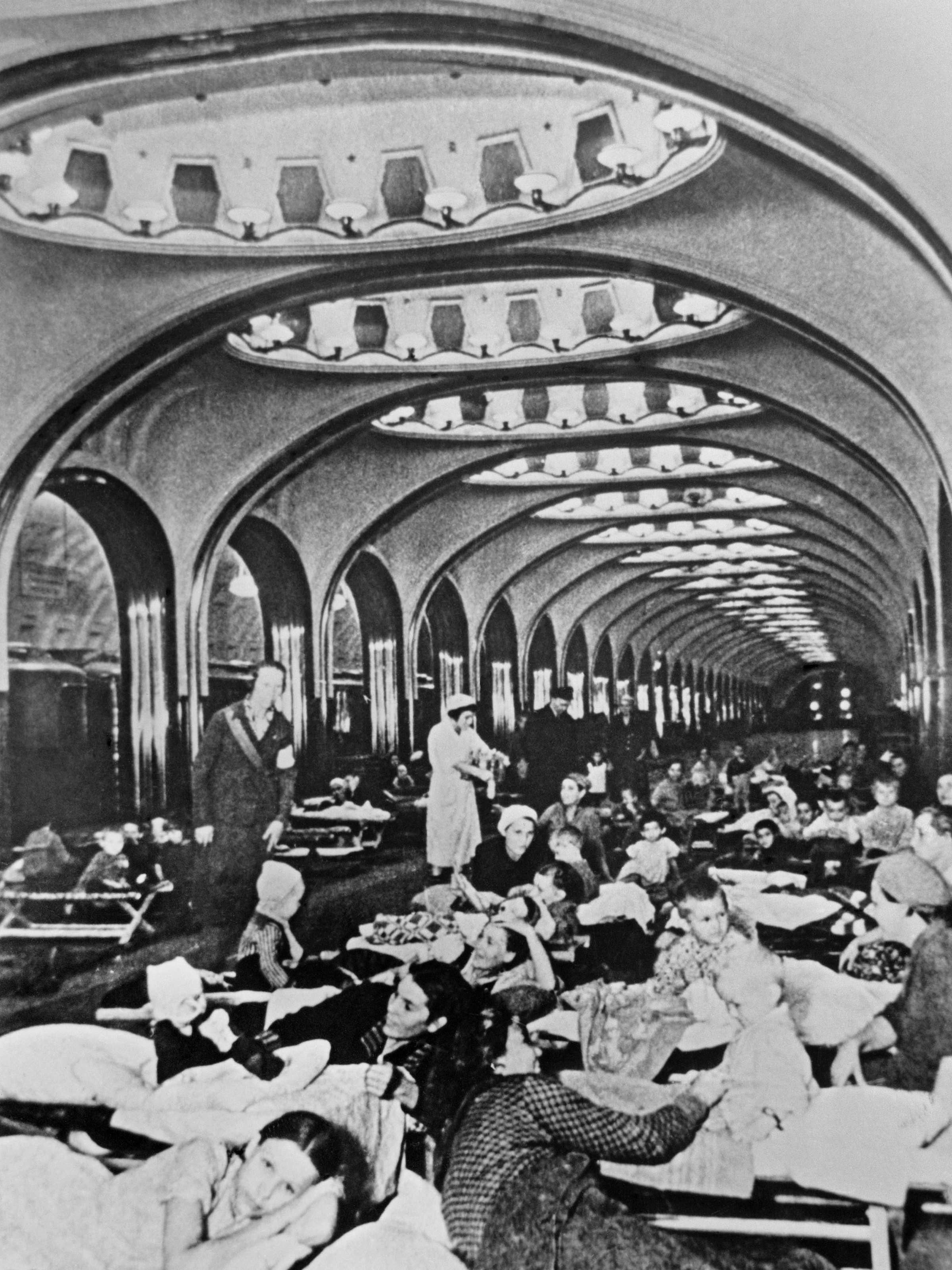 """Estación de metro """"Mayakovskaya"""" transformada en refugio antiaéreo, 1941 Autor: Arkadiy Shaykhet  La estación """"Mayakovskaya"""" actualmente"""