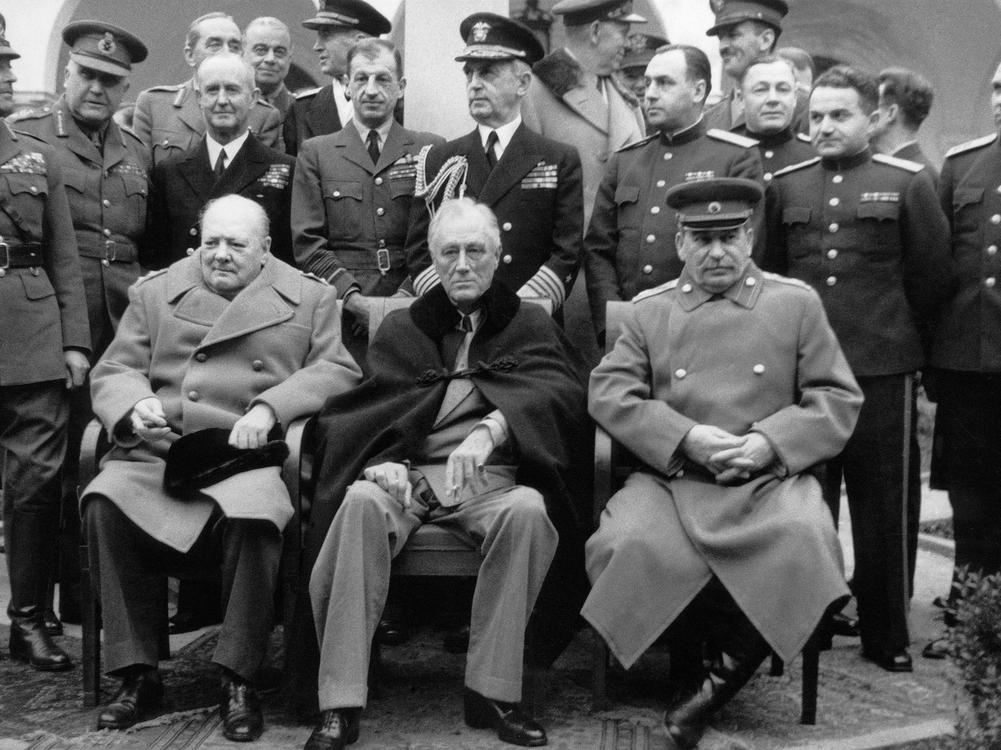 """Conferencia de Yalta. Delante de izquierda a derecha: Winston Churchill (Gran Bretaña), Franklin D. Roosevelt (EE.UU.), Iósif Stalin (URSS), 1945. Foto: archivo de la Agencia de noticias """"TASS""""."""