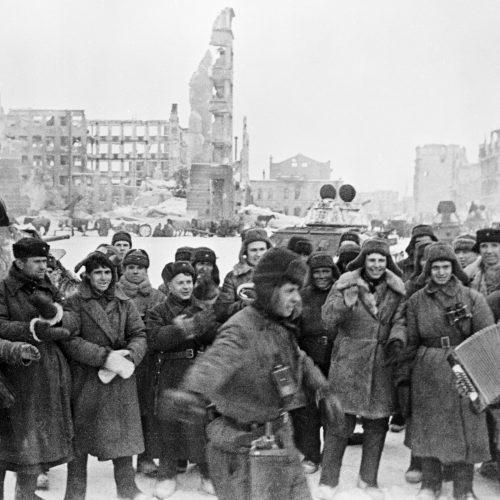 """Soldados festejan la victoria en la Stalingrado liberada, 31.01.1943 Archivo de RIA """"Novosti"""""""