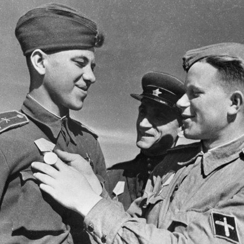 """Oficiales de artillería antitanque se felicitan por haber obtenido condecoraciones, 01.08.1943 Archivo de RIA """"Novosti"""""""