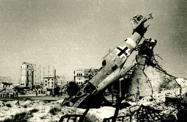 Pertrechos alemanes destruidos en el centro de la ciudad Autor: desconocido