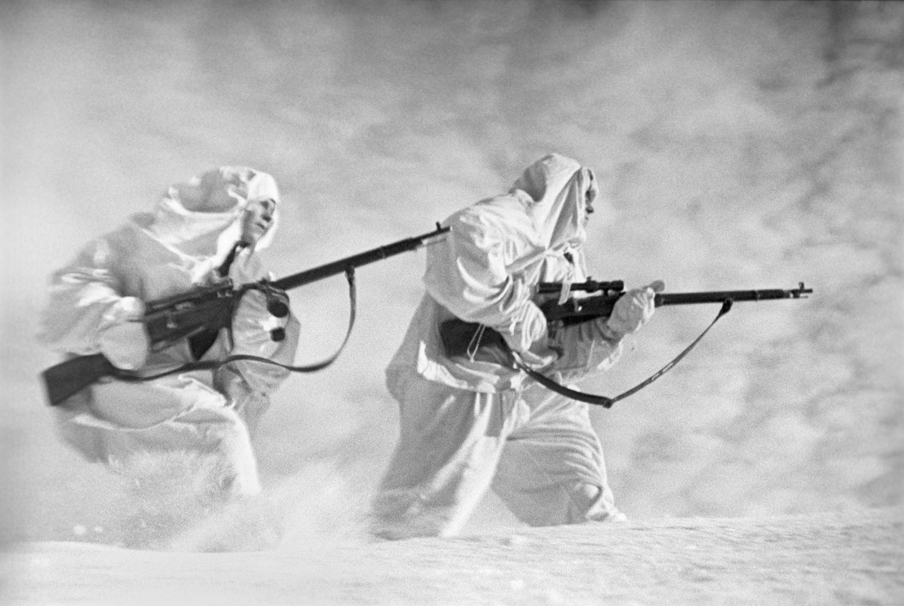 Francotiradores soviéticos en camuflaje de invierno en el frente de Leningrado, diciembre de 1941  Foto: Boris Utkin/TASS