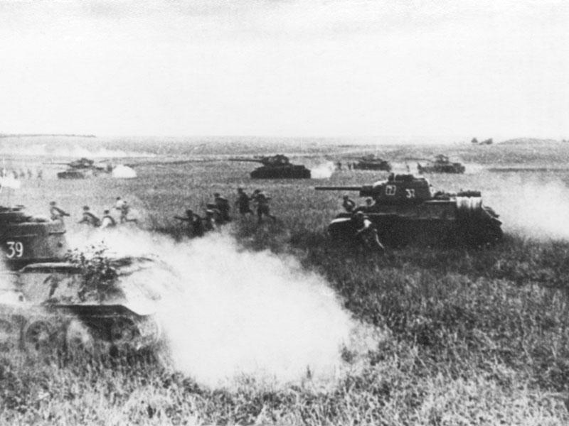 Боевые танки Т-34 в атаке