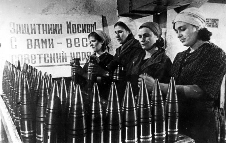 Производство снарядов, Москва, 1942 (Плакат на заднем плане гласит: Защитники Москвы! Все советские люди с вами!) Автор: неизвестен