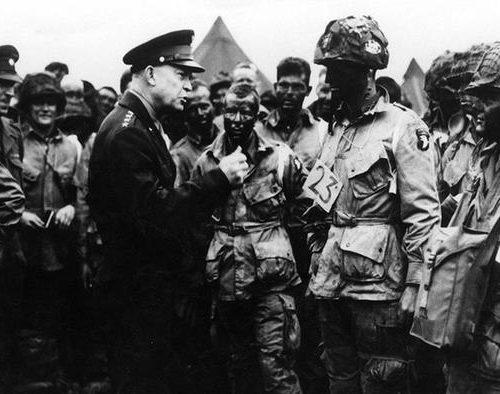 Главнокомандующий США Дуайт Эйзенхауэр даёт напутствие солдатам