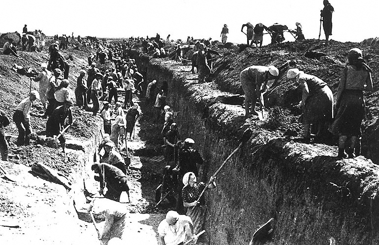 Москвичи строят противотанковый ров у въезда в город, 1941 Автор: Б. Ярославец