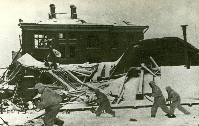 Советские солдаты в зимнем камуфляже в бою за город Наро-Фоминск Московской области, 1941 г. Автор: Д.Чернов