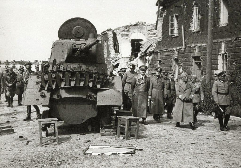 Гитлер и Муссолини на развалинах у Брестской крепости.
