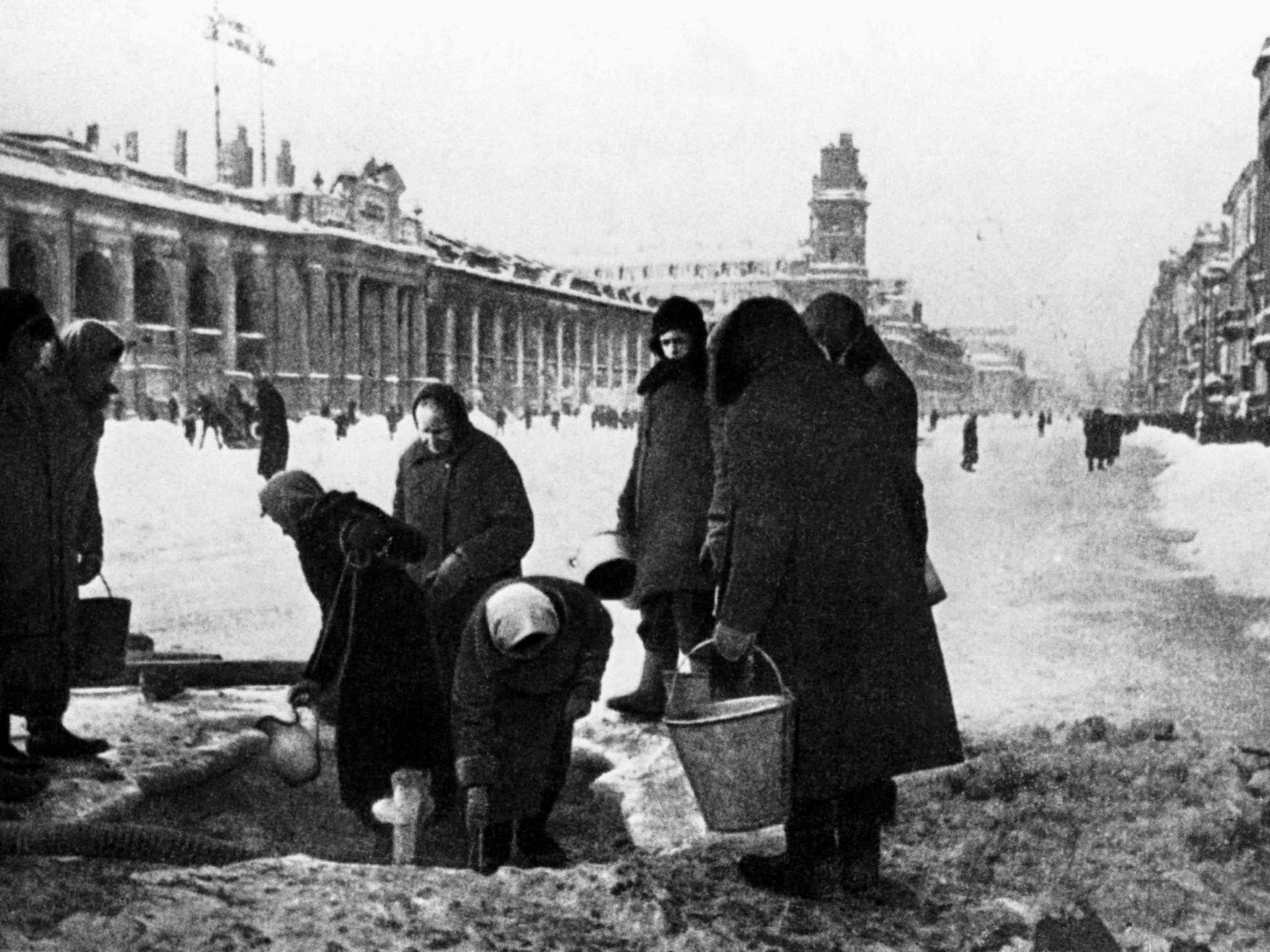 Блокада Ленинграда. Жители делают запасы воды из почти разрушенного трубопровода, 1941 год. Фото: Николай Адамович