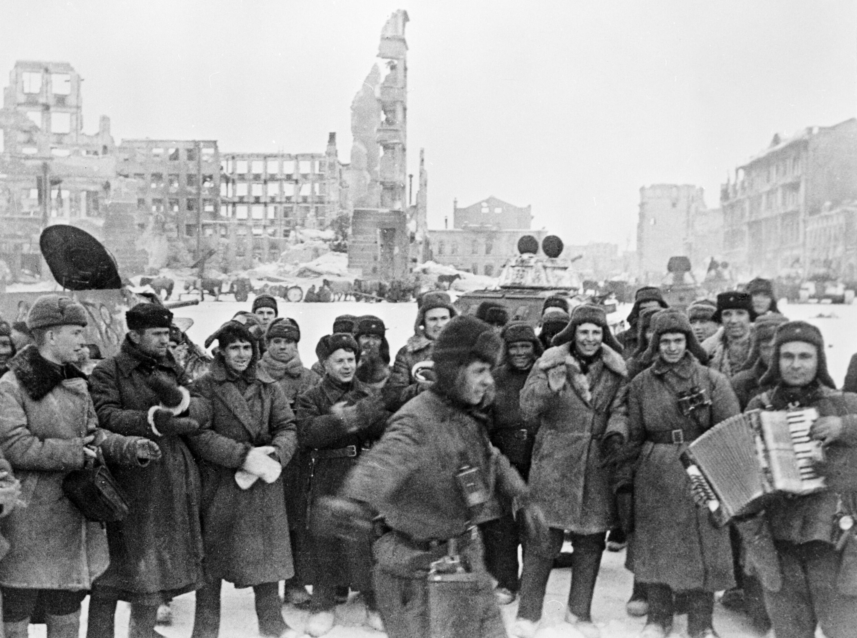 Солдаты празднуют победу под освобожденным Сталинградом, 31.01.1943 г.         Архив РИА