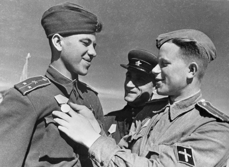 Офицеры противотанковой артиллерии поздравляют друг-друга с получением наград, 01.08.1943 г. Архив РИА