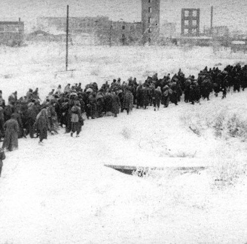 Колонна немецких военнопленных проходит через Сталинград.  Автор: Э.Копыт