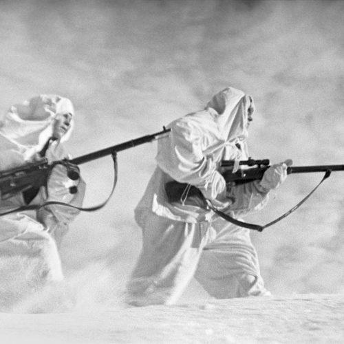 Советские снайперы в зимнем камуфляже на Ленинградском фронте, декабрь 1941 г.  Фото: Борис Уткин/ТАСС