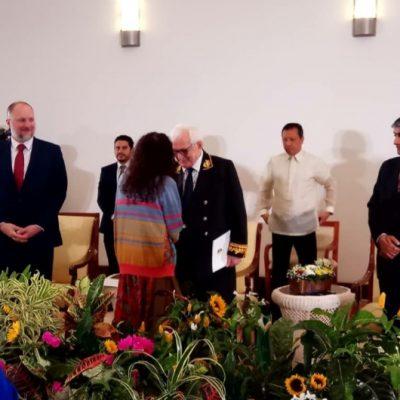 Посол Абхазии Заур Гваджава  беседует с  вице-президентом Розарио Мурильо
