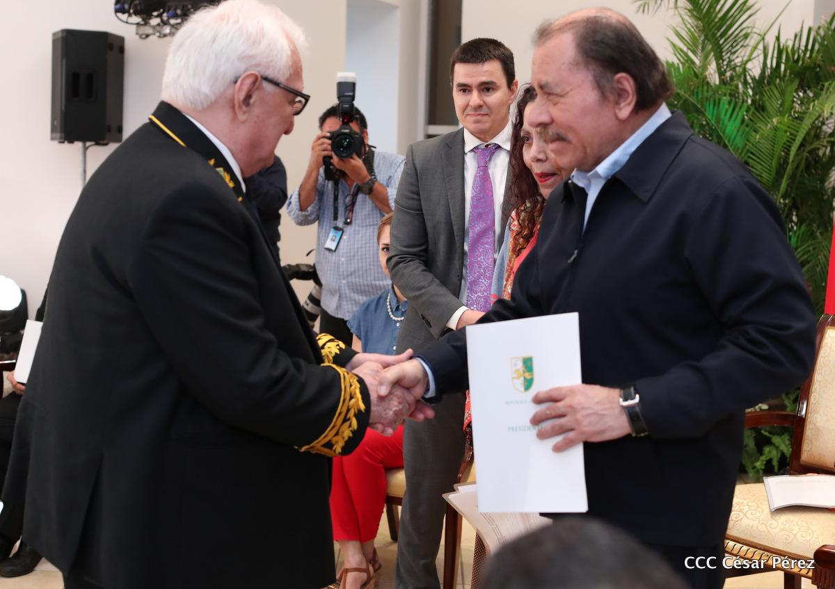 Посол Абхазии  Заур Константинович вручает верительную грамоту Президенту Республики Никарагуа Даниэлю Ортеге.