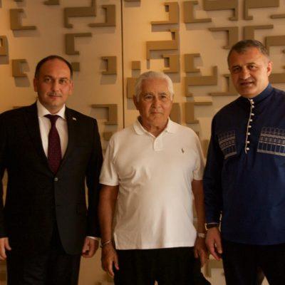 Министр иностранных дел Республики Абхазия Даур Кове , Президент Южной Осетии Анатолий Бибилов  с  революционером Сандинистской революции Эден Пастора