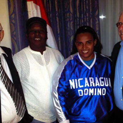 Чрезвычайный и Полномочный посол Республики Абхазия Заур Гваджава, бывший Чрезвычайный и Полномочный Посол Республики Никарагуа Энрике Леетс с командой домино Никарагуа после VIII чемпионата мира по домино который состоялся в Абхазии