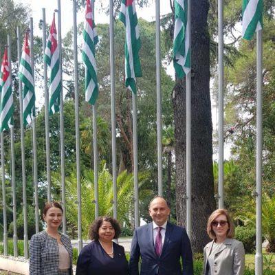 Министр иностранных дел Республики Абхазия Даур Кове , посол Никарагуа в Абхазии Альба Торрес Мехия и сотрудники МИД Абхазия