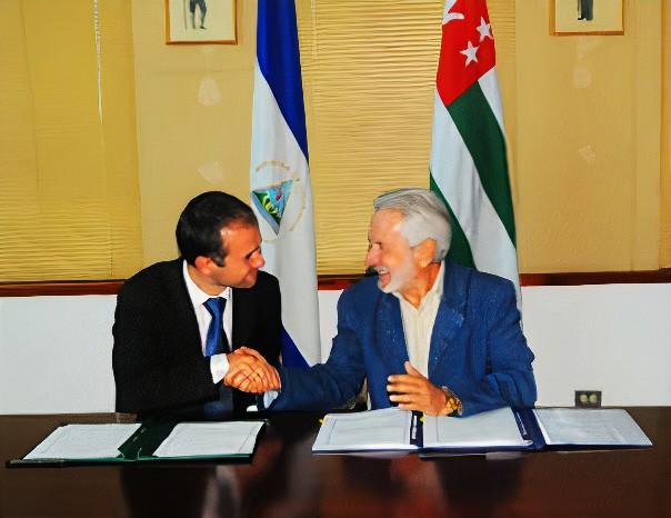Заместитель министра Максим Гвинджиа  с  Министром иностранных дел Самуэлем Сантос Лопес